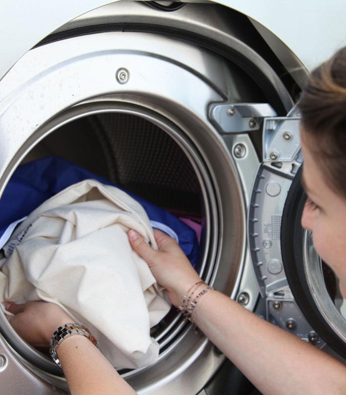 Mujer aplicando nuestros consejos de limpieza